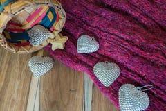 银色心脏,篮子,围巾,在木装饰为华伦泰 图库摄影