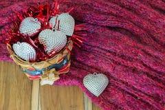 银色心脏,篮子,围巾,在木装饰为华伦泰 免版税库存照片