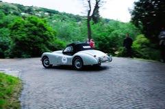 银色捷豹汽车在1000 Miglia期间的XK120 OTS,在布雷西亚 免版税库存图片