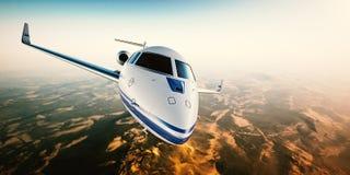 银色普通飞行在山的设计私人喷气式飞机现实照片  与太阳的空的蓝天在背景 免版税图库摄影