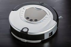 银色机器人吸尘器 免版税库存照片