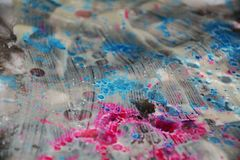 银色桃红色深蓝闪耀的被弄脏的水彩背景,蜡状的抽象纹理 免版税库存照片