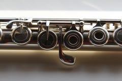 银色横向长笛的一个对称零件 免版税图库摄影