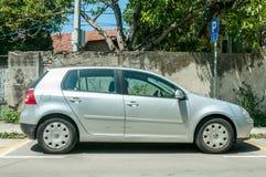 银色汽车大众VW打高尔夫球5 2 在街道上停放的0 TDI柴油 库存照片