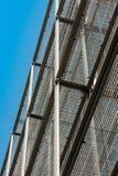 银色波纹状的金属墙壁从下面看见与清楚的蓝天 库存照片