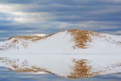 银色湖沙丘反射 免版税图库摄影