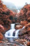 银色瀑布或Thac Bac在雾在秋天 库存照片
