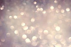 银色白色闪烁的圣诞灯 被弄脏的抽象假日背景 免版税图库摄影