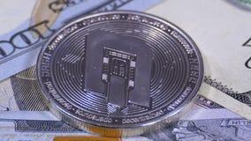 银色破折号美元硬币Cryptocurrency和票据转动 股票录像
