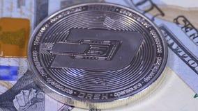 银色破折号美元硬币Cryptocurrency和票据转动 影视素材