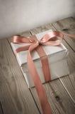 银色礼物盒渔与葡萄酒作用 免版税库存照片