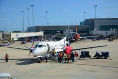 银色空中航线Saab 340在机场 图库摄影