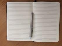 银色笔和笔记 免版税库存照片