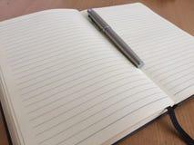 银色笔和笔记02 免版税库存照片