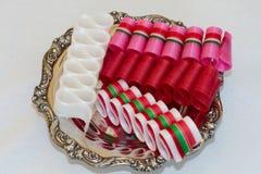 银色糖果盘用丝带糖果 免版税库存照片