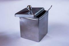 银色糖罐,有生来有福的,在一家典雅的餐馆 库存照片