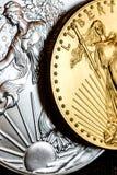 银色老鹰和金黄美国老鹰一盎司铸造 库存图片