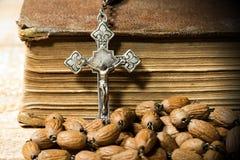 银色耶稣受难象念珠小珠和圣经 免版税图库摄影