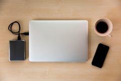 银色膝上型计算机用媒介设备 库存图片