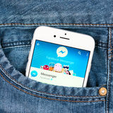 银色苹果计算机iphone 6显示的Facebook信使应用 库存照片