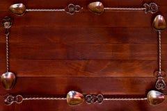 银色茶匙被安排在黑暗的木桌 库存照片