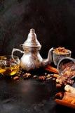 银色茶壶和杯子热的辣茶 免版税库存图片