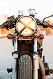 银色葡萄酒习惯摩托车咖啡馆竟赛者 免版税库存照片