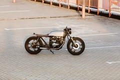 银色葡萄酒习惯摩托车caferacer 免版税图库摄影