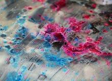 银色蓝色桃红色冰冷的黑暗弄脏了水彩背景,蜡状的抽象纹理 库存图片