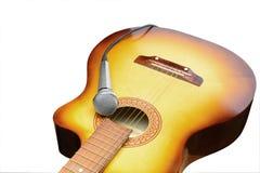 银色话筒在声学吉他放置 免版税图库摄影