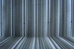 银色金属板墙壁,铝使墙壁成波状 库存图片