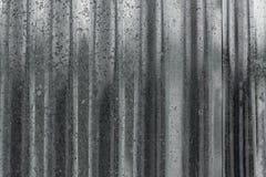 银色金属板墙壁,铝使墙壁成波状 免版税库存照片