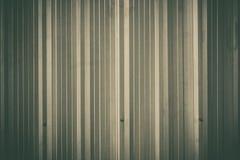 银色金属板墙壁,铝使墙壁成波状 图库摄影