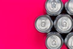 银色金属能量喝在桃红色背景的罐头 库存照片