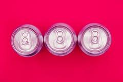 银色金属能量喝在桃红色背景的罐头 库存图片