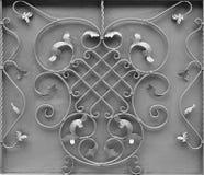 银色金属门的纹理有伪造的阶的一个美好的花卉样式的 图库摄影