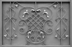 银色金属门的纹理有伪造的阶的一个美好的花卉样式的 库存照片