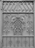 银色金属门的纹理有伪造的阶的一个美好的花卉样式的 库存图片