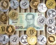 银色金隐藏硬币Ethereum ETH,波纹XRP, Litecoin bitcoin BTC国际航空测量中心, 纸发单泰铢 金属硬币,特写镜头图fr 免版税图库摄影