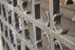 银色铁葡萄酒篱芭细节 免版税库存照片