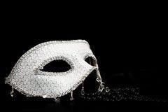 银色闪烁的面具和珍珠 免版税库存图片