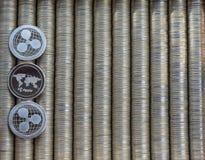 银色隐藏硬币波纹XRP 文本的空位 金属硬币在光滑的背景中互相被计划,特写镜头视图 免版税库存图片
