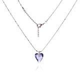 银色项链和垂饰以心脏的形式 免版税库存照片