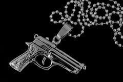 银色项链左轮手枪脖子 免版税库存照片