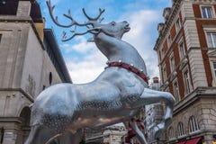 银色驯鹿圣诞节装饰伦敦 免版税图库摄影