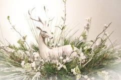 银色鹿圣诞节壁炉台装饰 库存图片
