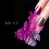 银色紫色指甲油和矿物五颜六色的眼影 免版税库存照片