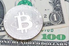 银色biscoin和一些美元钞票照片  免版税库存照片