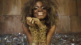 银色confettia面孔艺术与金子光滑的构成的围拢的性感的非裔美国人的女性模型特写镜头画象  股票视频