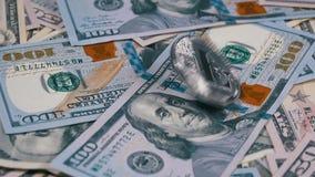 银色Litecoin硬币国际航空测量中心转动,扭转,打旋,在表上的转动和秋天与美元 慢的行动 股票录像